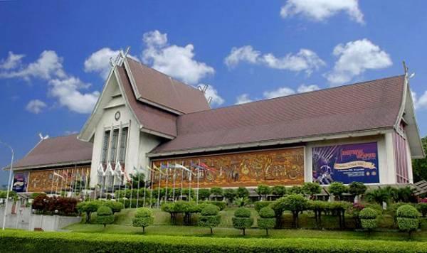 博物馆外墙上的大型壁画,记录了独立重要画面。 国家博物馆(Muzium Negara) 地址:Muzium Negara,Jalan Damansara, Tasik Perdana,50566 Kuala Lumpur 电话:03-2267 1000 网站:http://www.muziumnegara.gov.my/ 开放时间:每天9:00am 至 6:00pm 收费:马来西亚公民 RM2.00,非公民 RM5.00 卫星导航:3.137956,101.687117