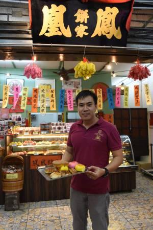 第4代传人陈汝顺表示,我们家的饼少糖少油,符合健康理念。 凤凰饼家 地址: No 21, Jalan Hang Lekir, 50000 Kuala Lumpur 电话:03-2072 8888 营业时间:每天9:00am 至 10:00pm 卫星导航:3.144423,101.698143