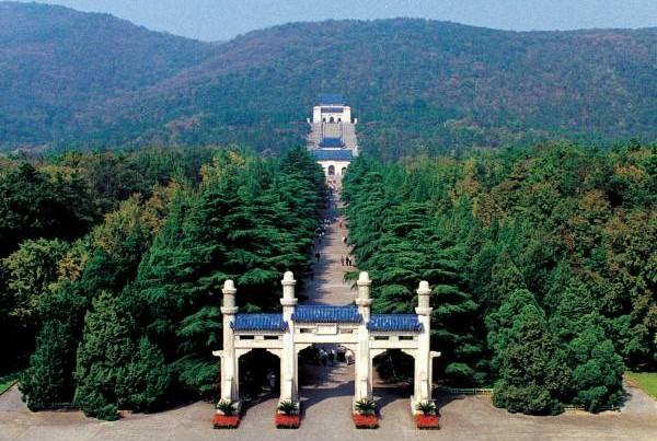 中山陵是中华民国国父孙中山的陵墓,也供奉着民国烈士,虽然葬于此处的都是伟人,但仍压制不住灵异事件传出。