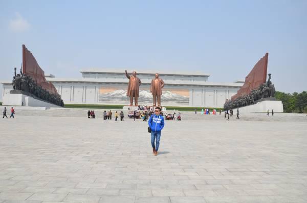 1972年4月,为了庆祝金日成60岁寿辰,朝鲜政府在平壤建造了万寿台大纪念碑,由金日成铜像、铜像左右两侧的纪念碑和铜像背后的白头山壁画组成了万寿台大纪念碑广场。