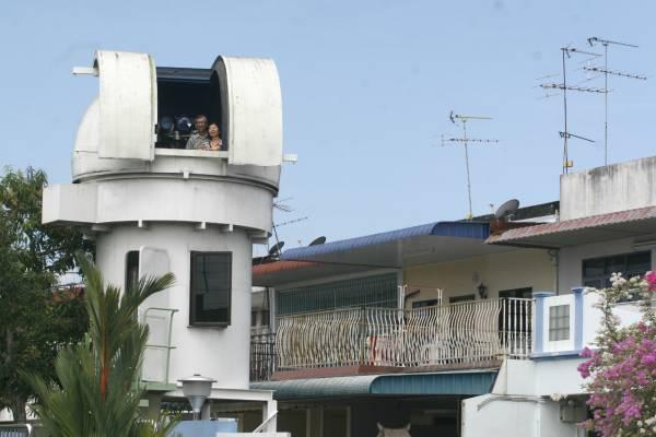 张升荣住家前院DIY的天文观星台,格外吸引路人眼球。闲暇时,他便会和太太登上天文观星台仰望星空。