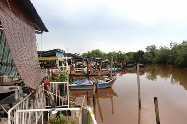 """游子吴来有离乡多年,始终为了一个""""情""""回到家乡创一番事业。他将民宿建在河上,成了独特的水上浮楼,吸引不少旅客。"""