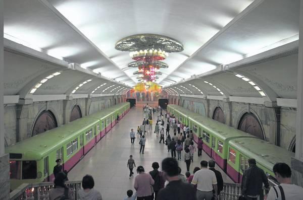 装潢得富丽堂皇的平壤地铁站。