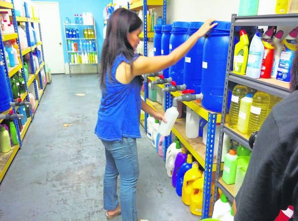 为了减少塑料瓶对环境的污染,可以从家里开始做起,尤其是各种清洁剂塑料瓶,解决方法——BYOB(Bring Your Own Bottle),也就是自带罐子去买清洁剂!