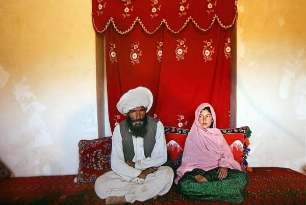 在阿富汗,40岁的新郎Faiz和11岁的新娘Ghulam正举行婚礼,但新娘看新郎的眼神却充满仇恨,这是多么的悲哀。