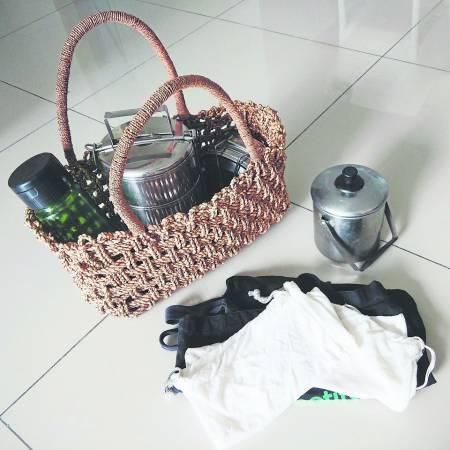 这是我上菜市场的装备,水瓶用来买豆奶,两个小提锅用来买肉。