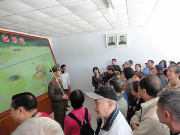 朝鲜军人在开始参观板门店前向游客简单讲解。