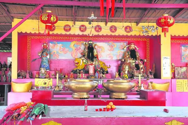 (从左至右)关圣帝君、武财神、文财神。