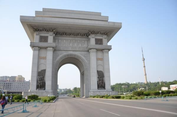 在朝鲜,你也会看到凯旋门,不过朝鲜的凯旋门比法国的高出五米。