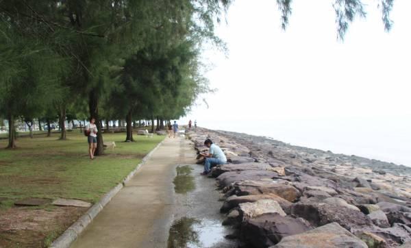 面向马六甲海峡的笨珍海边,吸引了各地游客到来。