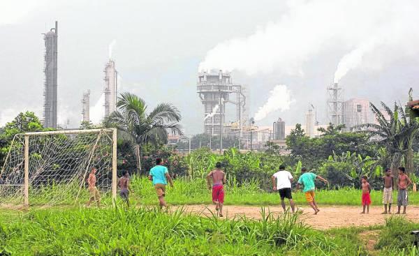 巴西足球出名厉害,但在这么污染的环境下踢球,健康也大大地受到威胁。