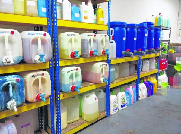 店内产品种类繁多,品质和一般市售产品无异,只不过需自备容器罢了。要买什么产品、需要多少分量都没问题,是不是很酷?