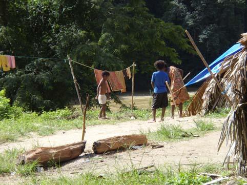 :原住民Batek一族长期住在大汉山里,如今他们依然以最原始的方式生存着。