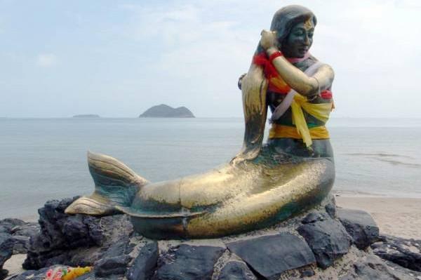 """合艾宋卡府旅游公关林明精说""""山井寺""""佛寺很容易去,就在宋卡府海边""""美人鱼""""铜像附近,他说自己每星期都会带来自大马及新加坡的香客,到山井寺去膜拜和求财。"""