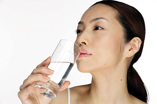 所谓的阴阳水,就是用昨天的开水混合今天煮沸的水即可。