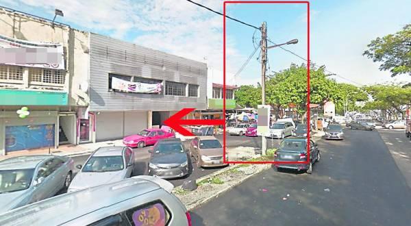 店面正对电灯柱(红框)乃是坏风水,吴师父建议摆设一个没有金钢棒的孙悟空神像来化煞。