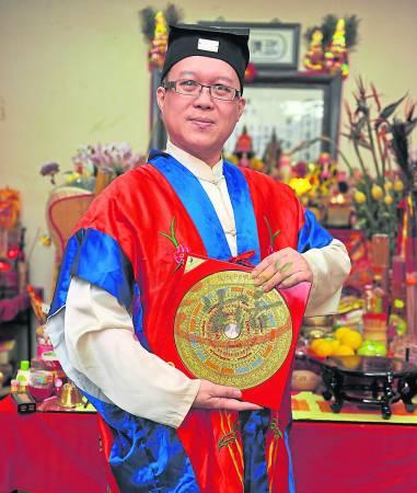 王忠文道长表示,陈先生不仅上欺天欺地,又对妻子不忠,必须向玉皇大帝忏悔,否则灾祸不断无运行。