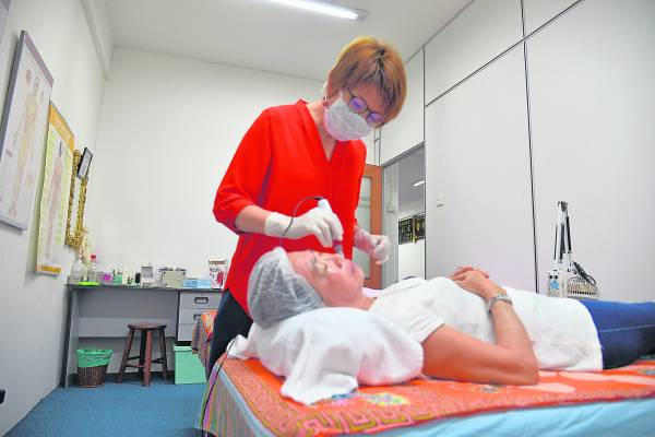 勤于好学的方绣莺医师亲身前往韩国研修,她发现微颜针针灸美容效果比起传统的针灸美容有过之而无不及时,于是决定将这技术引进大马,好让大马人也可享受这最新科技的针灸美容。