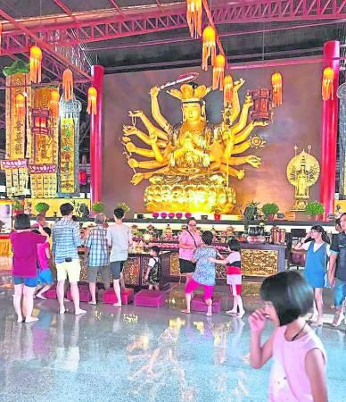 普陀村里的18臂准提观音菩萨,乃是东南亚最大的室内圣像。