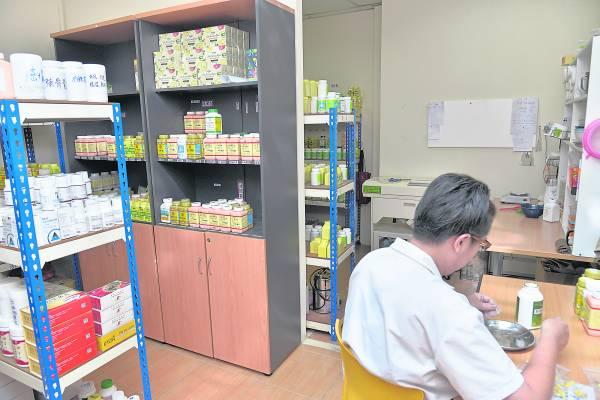 余医师表示医院里草药配方皆是经过专家认真研究和分析得来的,有抗癌治癌功效。