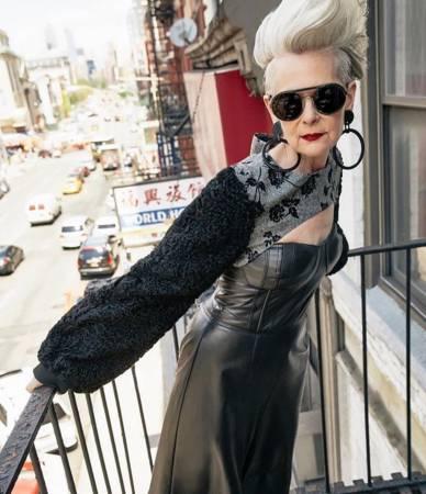 斯莱特举手投足间的自信,让她看起来十分时尚。
