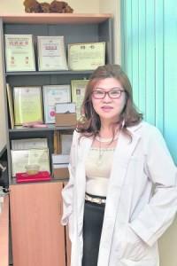 驰骋杏林超过30年,女中医师余淑琼,用其神奇草药配方及高超医术治好无数重症患者。