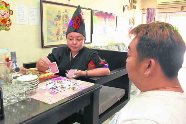 自小有阴阳眼平时郑慧欣忙于自己的生意,只有逢星期三才会开坛供信徒问事。