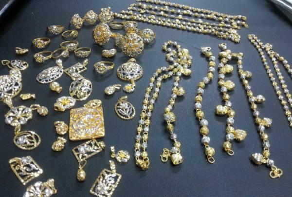 刘老师傅可以依据顾客的要求,打造各式各样独一无二的金饰品。