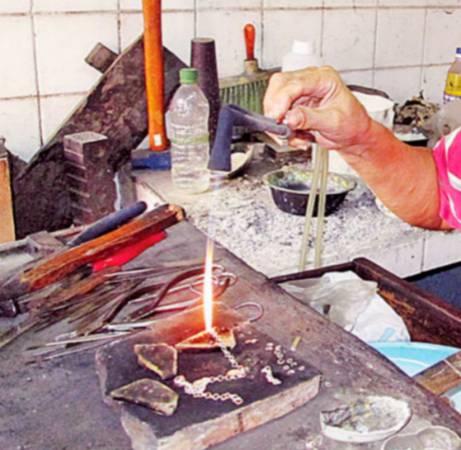 打金工序繁缛,从敲打、雕刻、熔化等每一个细节都必须谨慎拿捏。