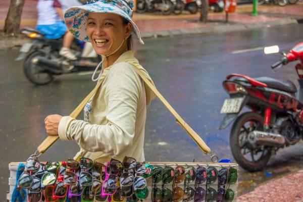 在泰国、柬埔寨和越南,有很多流动小贩卖太阳眼镜,要提防被对方耍诈。