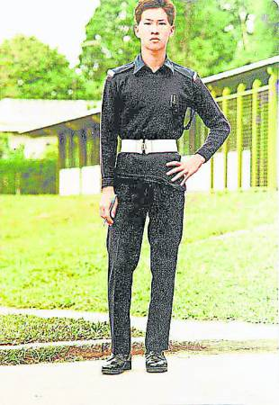 年少时张家辉是个军装警察,因转当CID 梦碎而放弃当警察,从而从事影视业。