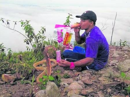 痴情男子与蛇妻一起看云海。