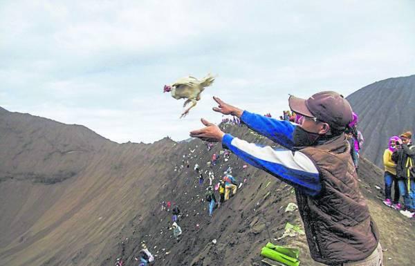 朝圣者将供品扔进婆罗摩火山口,向山神祈愿。