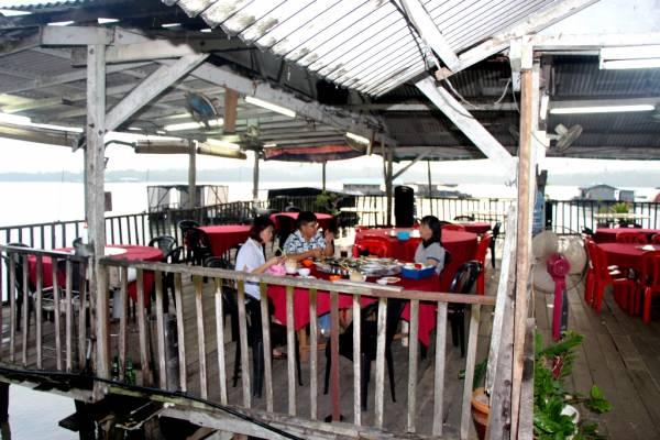 顾客一面享用海鲜,一面观赏美丽的海景。
