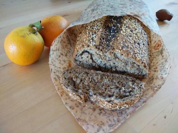 一片蜂蜡保鲜膜,不仅可用来包面包,还可密封食物。