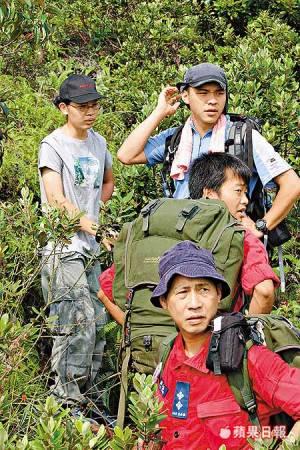 袁志勇如人间蒸发,其两名队友(后排),当时也协助消防员及警员搜索。