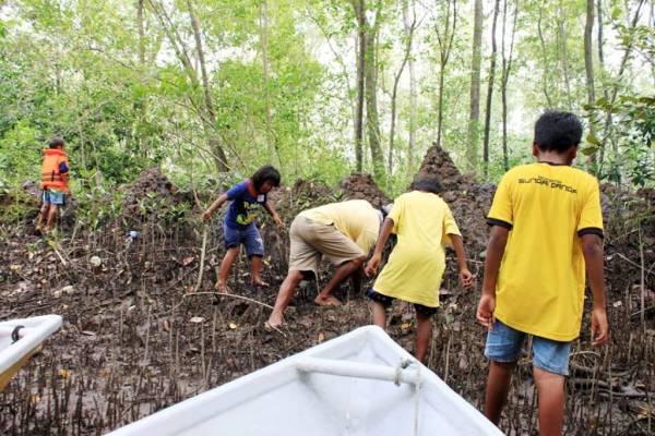 海番孩童常在河边沼泽地区挖掘贝类。