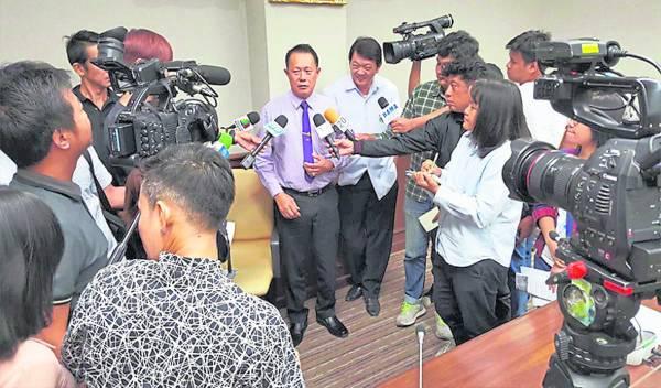 赛恩免费发放抗癌药物引来人潮排队,同时也惊动了媒体的关注,纷纷前来采访。