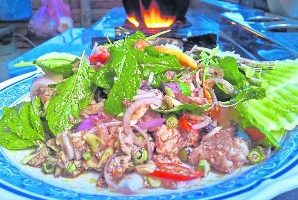 koi pla家常菜以未煮熟的鱼肉为主,被认为会致癌。