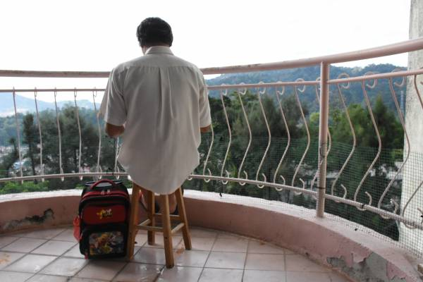 林亚财每天都痴等着孩子的消息,还买了小书包给他,希望有机会派上用场。