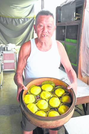 陈三和表示,龟仔糕是全手工制作的,口口都是古早香。 古早味龟仔糕 联络:016-9477697(陈三和先生) 地址:幸福村巴刹