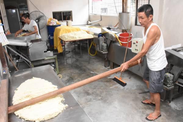 老板黄添发每天都会用木棍擀压面,让面条口感更好。 传统手工面 地址:154,Lorong 5,42600 Jenjarom,Selangor. 电话:016-6574549