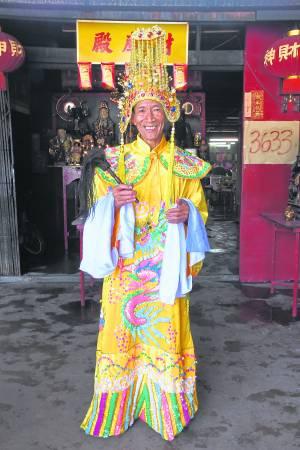 公公身上这一套玉皇袍是善信特地从中国订制回来的。