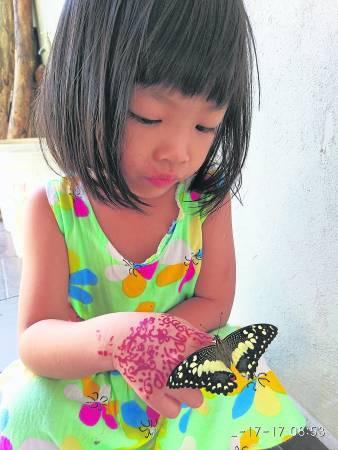 """国成的女儿如今是他的""""得力助手"""",经常协助照顾虫宝宝。"""