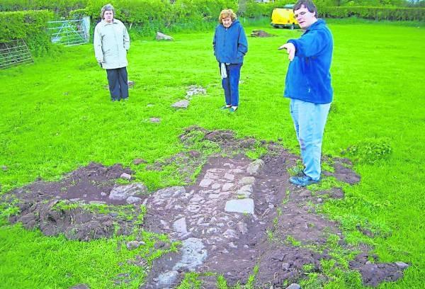 Stuart Wilson正在跟家人们介绍自己挖掘出的古城。