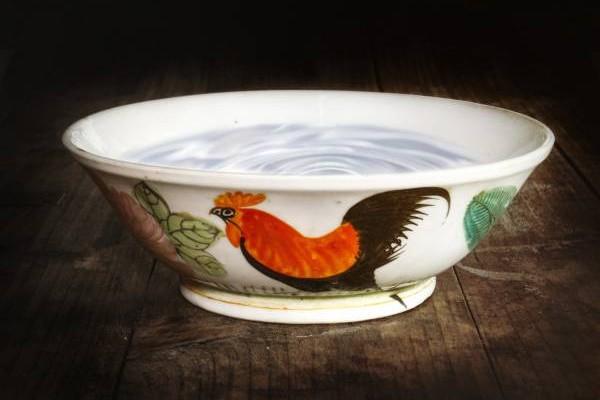 在财位摆一个盛了水的鸡公碗,可招财哦!