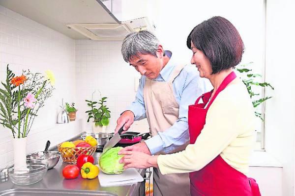 当长辈有需要帮忙时,我们可以从旁协助完成,而非剥削他们自己动手的机会。