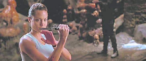 """《古墓丽影》安吉丽娜""""刀工""""自如,是她长久以来耍刀练就的。"""