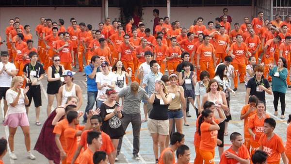 开放跳舞和合照时,狱卒会混进人群中保护游客。