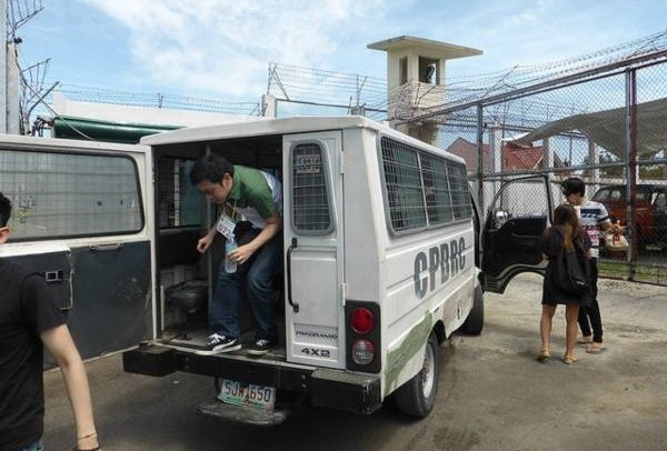 用囚车载送游客,感觉好像就是囚犯。